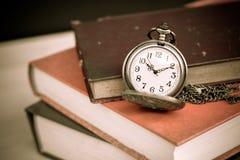 Vecchi libri e orologi da tasca d'annata Fotografia Stock