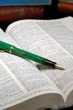 Vecchi libri e penna di fontana Fotografie Stock Libere da Diritti