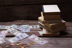 Vecchi libri e soldi su un fondo di legno d'annata fotografia stock libera da diritti