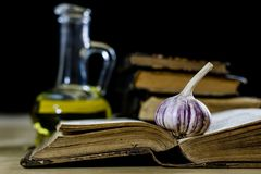 Vecchi libri e spezie Peperoni secchi e ricette Vecchia tabella di cucina Fotografie Stock Libere da Diritti