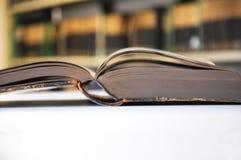 Vecchi libri in libreria fotografia stock libera da diritti