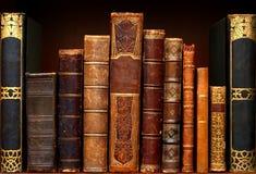 Vecchi libri in libreria Scala di conoscenza immagini stock