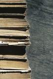 Vecchi libri Mucchio di vecchi libri su un fondo di legno Immagini Stock