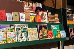 Vecchi libri raccoglibili su esposizione al mercato in Francia Fotografia Stock