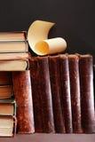 Vecchi libri su buio Fotografia Stock Libera da Diritti