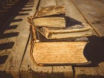 vecchi libri su un terrazzo di legno del pavimento Fotografia Stock Libera da Diritti