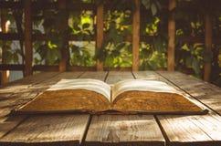 vecchi libri su un terrazzo di legno del pavimento Fotografia Stock