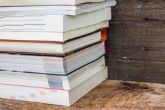 Vecchi libri su uno scaffale di legno Fotografia Stock