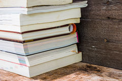 Vecchi libri su uno scaffale di legno Fotografia Stock Libera da Diritti