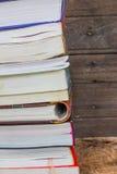 Vecchi libri su uno scaffale di legno Fotografie Stock