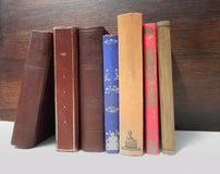 Vecchi libri sulla mensola Immagini Stock Libere da Diritti