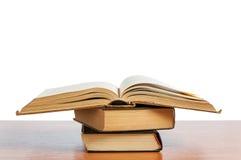 Vecchi libri sulla mensola Fotografie Stock