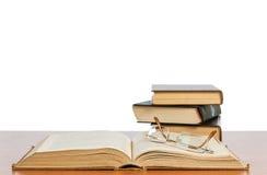 Vecchi libri sulla mensola Immagini Stock