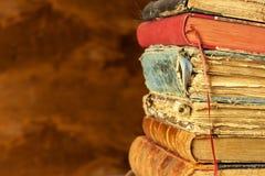 Vecchi libri sullo scaffale di legno Studiando all'università dai vecchi libri Posto per testo Immagine Stock