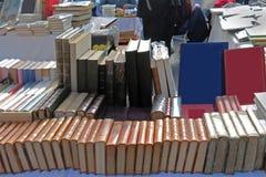 Vecchi libri venduti sul mercato delle pulci francese d'annata fotografie stock libere da diritti
