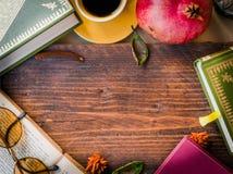 vecchi libri, vetri e tazza di caffè su una tavola di legno scura, a Fotografia Stock