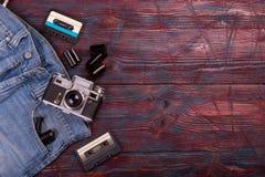 Vecchi macchina fotografica, jeans e nastro a cassetta d'annata Immagine Stock
