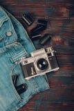Vecchi macchina fotografica, jeans e nastro a cassetta d'annata Fotografie Stock