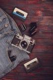 Vecchi macchina fotografica, jeans e nastro a cassetta d'annata Immagini Stock