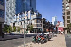 Vecchi magazzini ed architettura moderna a Rotterdam immagini stock libere da diritti