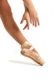 Vecchi mani di balletto di Pointe e primo piano del piede Immagini Stock Libere da Diritti