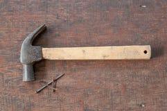 Vecchi martello e chiodi della ruggine Fotografia Stock