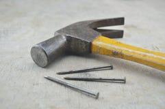 Vecchi martello e chiodi della ruggine sul bordo di legno Immagini Stock Libere da Diritti