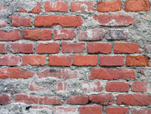 Vecchi mattoni rossi con il fondo della parete del cemento fotografia stock