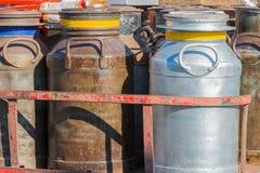 Vecchi milkcans del metallo della raccolta Fotografia Stock
