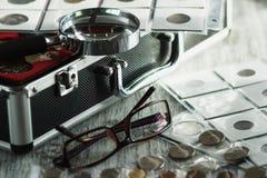 Vecchi monete, vetri e lente d'ingrandimento differenti, fondo molle del fuoco Fotografia Stock Libera da Diritti