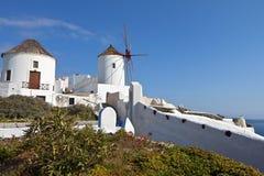 Vecchi mulini a vento all'isola di Santorini in Grecia Fotografie Stock Libere da Diritti