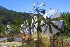 Vecchi mulini a vento arrugginiti sul campo Agricoltura in Grecia Immagine Stock