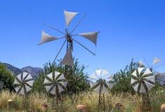 Vecchi mulini a vento arrugginiti sul campo Agricoltura in Grecia Fotografia Stock Libera da Diritti