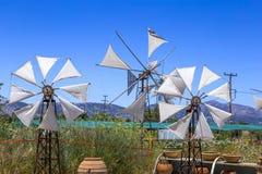 Vecchi mulini a vento arrugginiti sul campo Agricoltura in Grecia Fotografia Stock