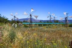Vecchi mulini a vento arrugginiti sul campo Agricoltura in Grecia Fotografie Stock Libere da Diritti