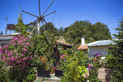 Vecchi mulini a vento arrugginiti sul campo Agricoltura in Grecia Immagini Stock Libere da Diritti