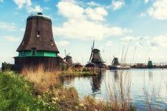 Vecchi mulini a vento di legno olandesi tradizionali in Zaanse Schans - museo Fotografia Stock Libera da Diritti