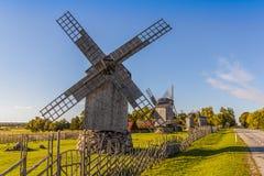 Vecchi mulini a vento di legno in Saaremaa immagine stock libera da diritti