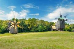 Vecchi mulini a vento di legno in un campo Fotografia Stock Libera da Diritti