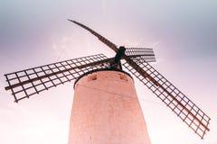 Vecchi mulini a vento famosi e turistici in La Mancha Consuegra, Spagna vicino a Toledo sul tramonto di alba fotografia stock libera da diritti