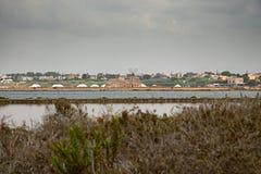 Vecchi mulini a vento nelle pentole del sale di Trapani in Sicilia Fotografie Stock Libere da Diritti