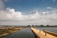 Vecchi mulini a vento nelle pentole del sale di Trapani in Sicilia, Fotografia Stock