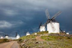 Vecchi mulini a vento sul cielo drammatico e sul tempo piovoso Fotografia Stock Libera da Diritti