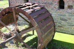 Vecchi mulino e ruota idraulica Immagine Stock Libera da Diritti