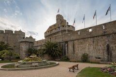 Vecchi mura di cinta della st Malo, Bretagna, Francia immagine stock