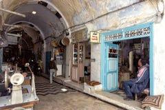 Vecchi negozi nel mercato tradizionale nel Medina in Qayrawan fotografia stock libera da diritti