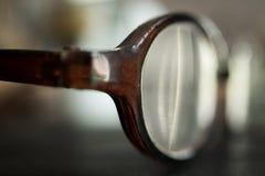 Vecchi occhiali sulla Tabella, vista laterale Immagini Stock