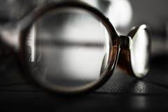 Vecchi occhiali sulla Tabella, vista laterale Fotografie Stock Libere da Diritti