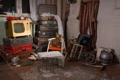 Vecchi oggetti inutilizzati in una vecchia stanza Fotografie Stock