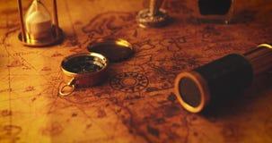 Vecchi oggetti nautici di navigazione con la candela sulla mappa d'annata video d archivio